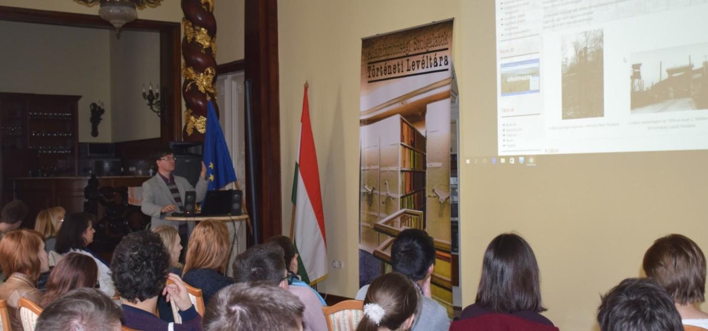 Iskolások látogatása a Történeti Levéltárban