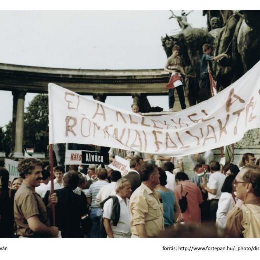 Transzparensek a tüntetésen