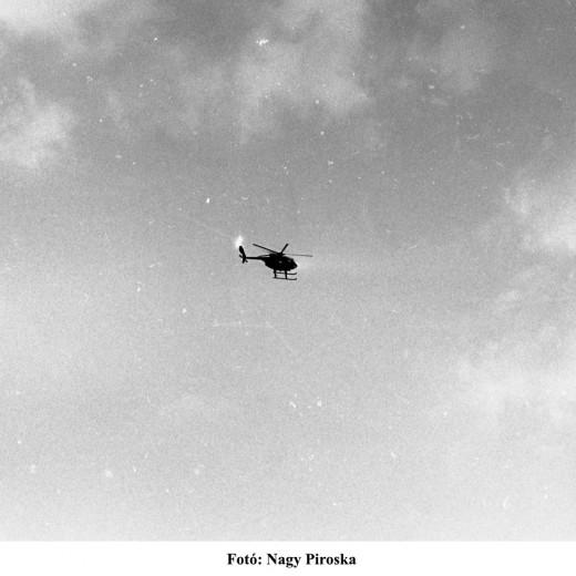 A demonstrálókat filmező rendőri helikopter